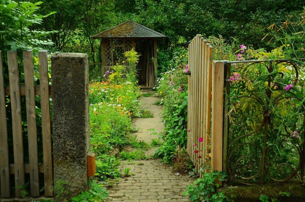 Abris de jardin au fond d'une cours
