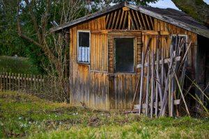 abri de jardin en bois avec petites fenêtres