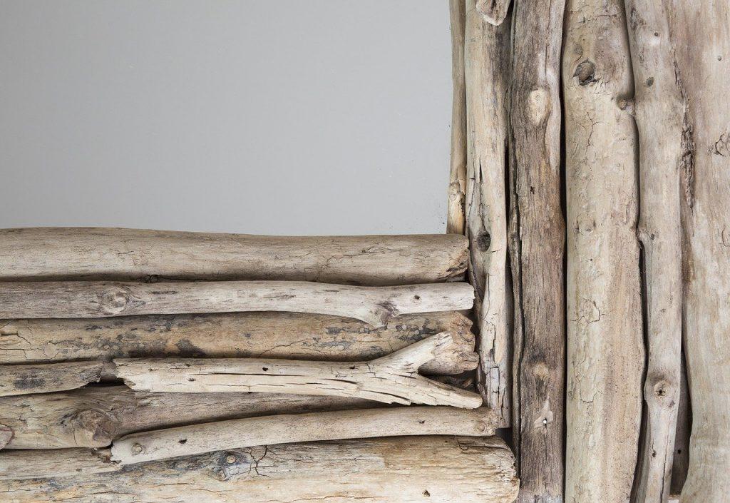 Cadre de miroir fait en bois flotté