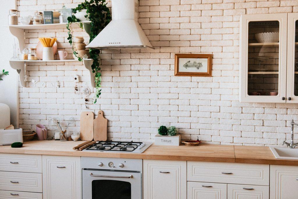 Cuisine blanche lumineuse avec plan de travail en bois