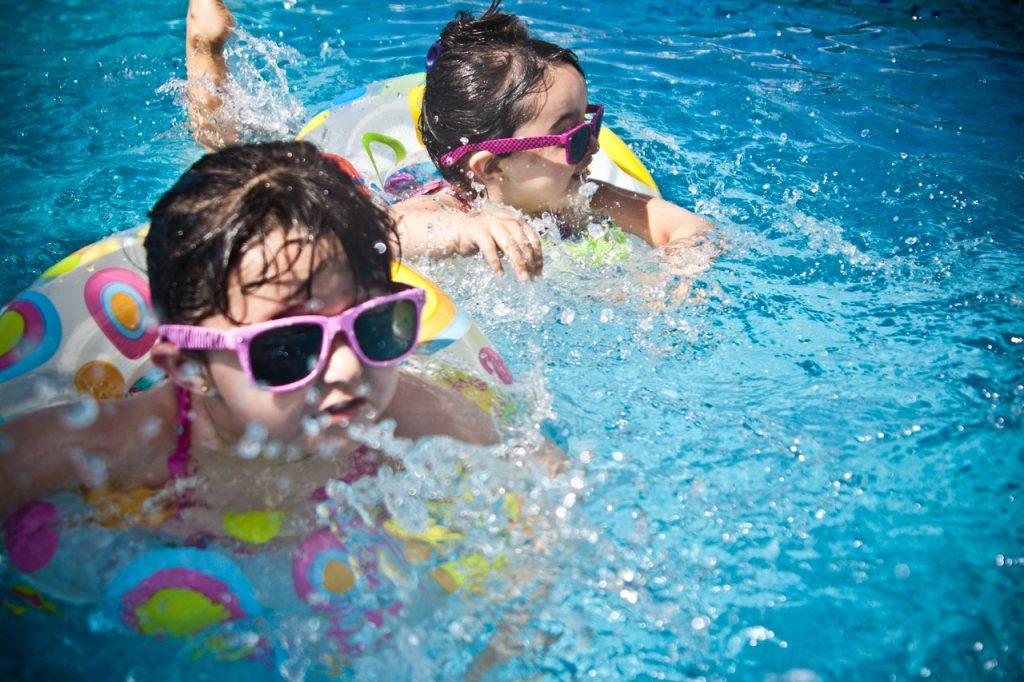 Deux enfant jouant dans l'eau avec leur bouées