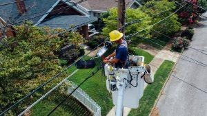 Électricien professionnel travaillant sur des câbles en extérieur