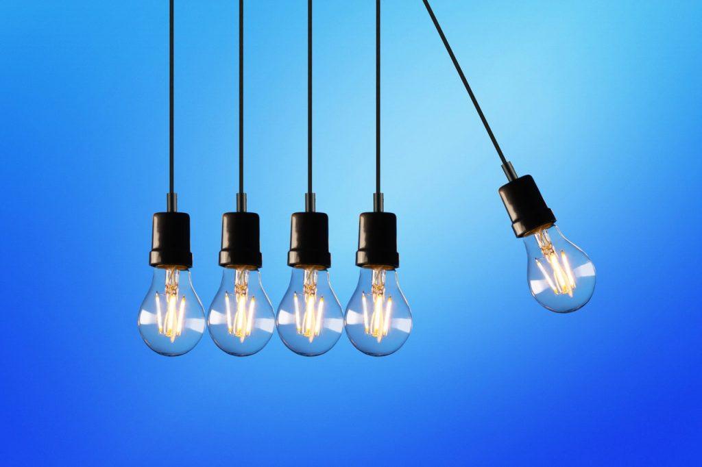 Ensembles d'ampoules s'entrechoquant entre elles