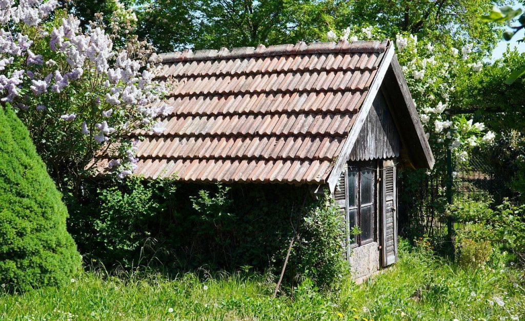 Abri de jardin en bois foncé de plus de 20 m²