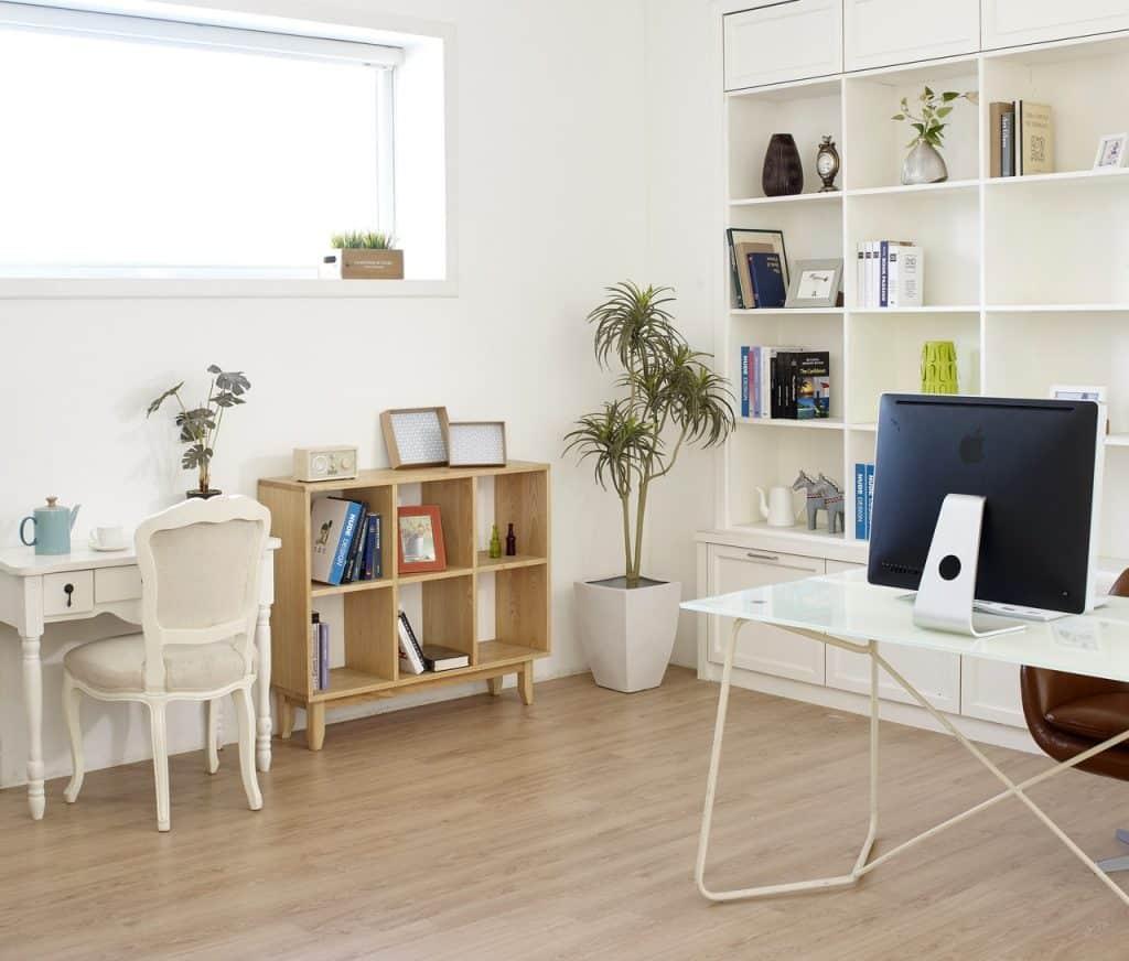 Pièce bureau, lumineux avec meubles modernes et parquet neuf clair
