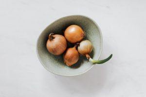 4 oignons jaune dans un bol