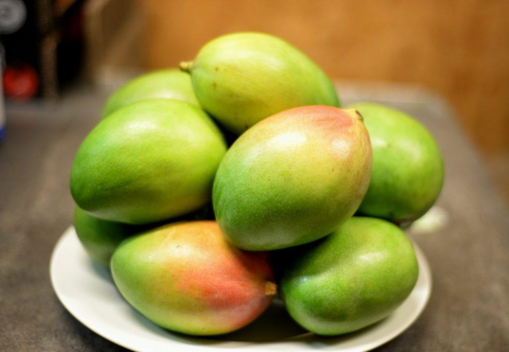 Plusieurs mangues posées sur une assiette