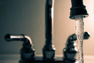 Robinet ouvert eau qui coule