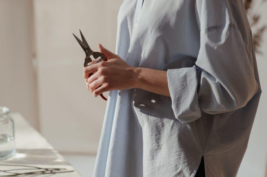 Femme tenant un sécateur