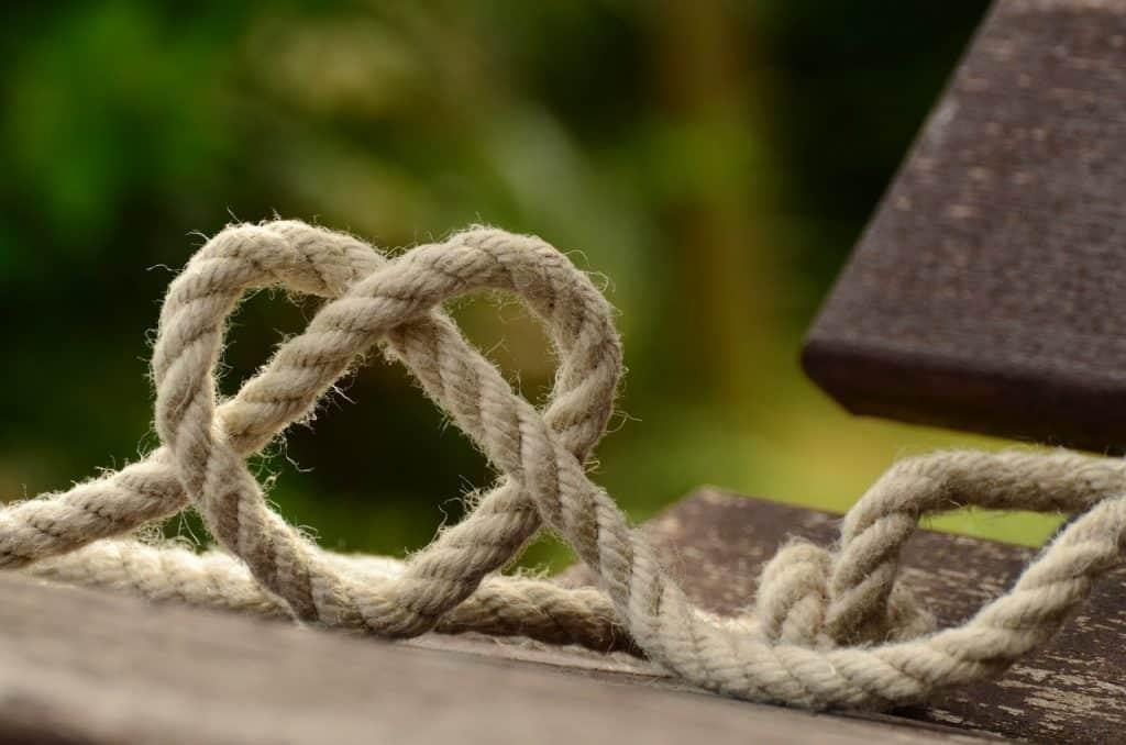 Corde avec un noeud en forme de coeur