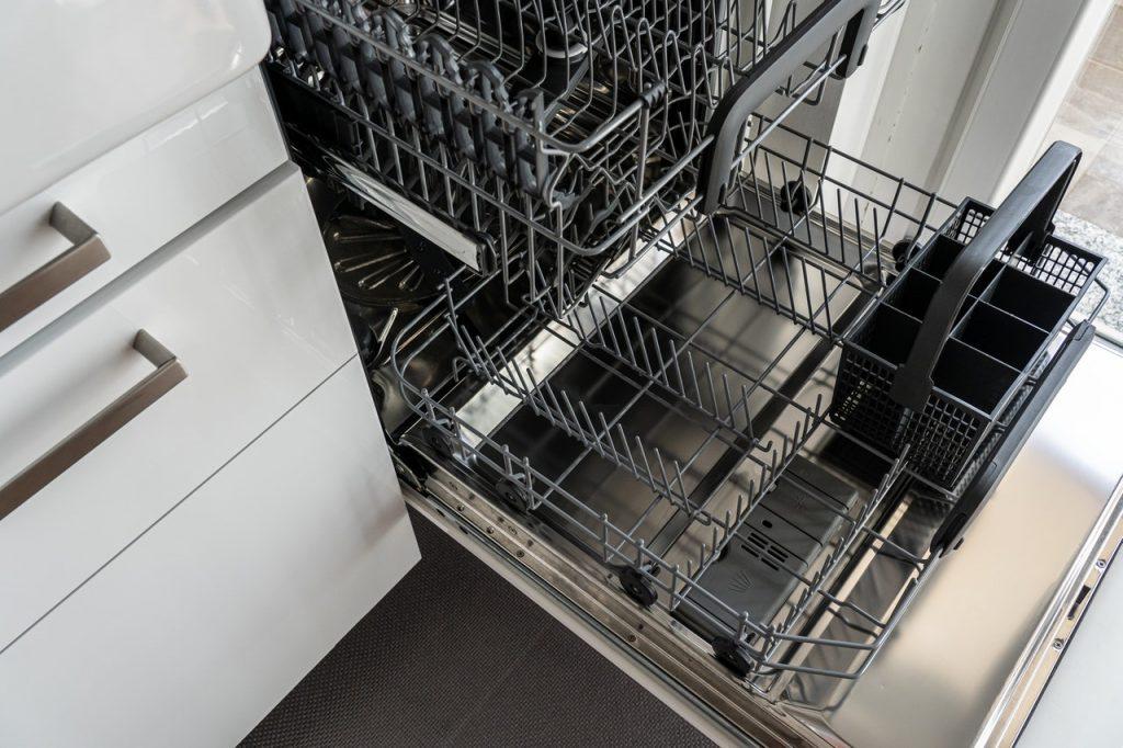 Lave-vaisselle en position ouverte